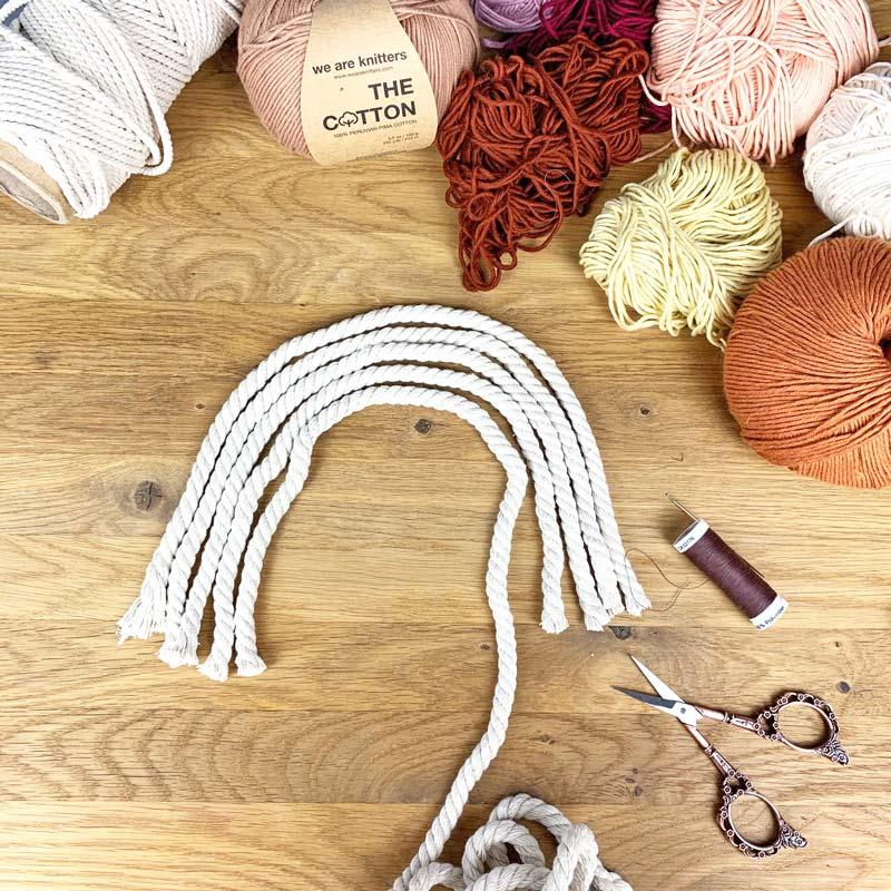 Schneide das Macramee-Seil zurecht