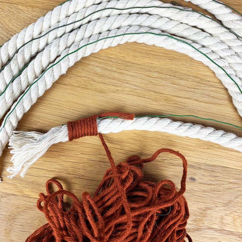 Wickel den Baumwollfaden um das Macramee-Seil