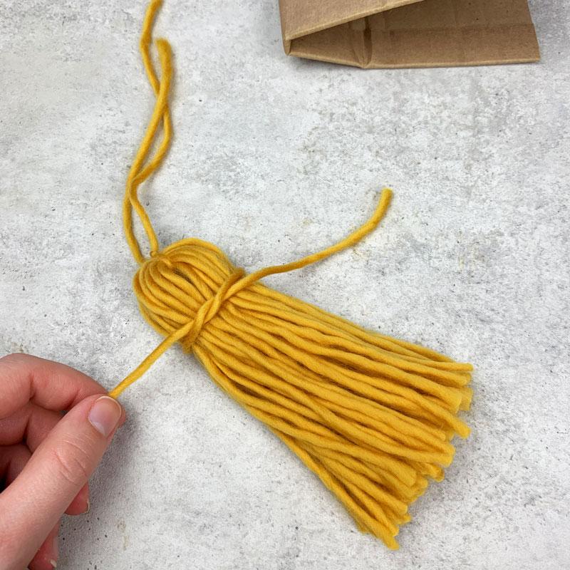DIY Quasten aus Wolle Schritt 3